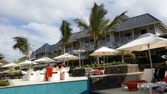 Radisson Blu Azuri Resort & Spa, Mauritius : Swimming Pool and Rooms