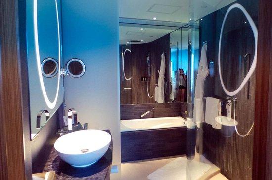 Hotel ICON: Bathroom interior (shower area + bathtub)