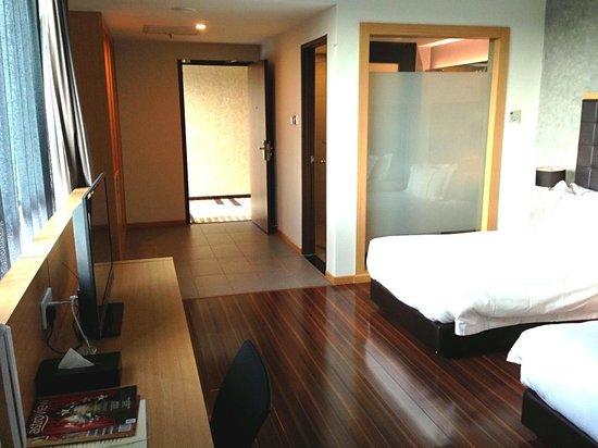 Symphony Suites Hotel: Spacious and clean standard suite (twin).