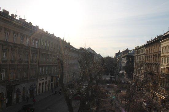 Medosz Hotel: Вид из окна на сквер