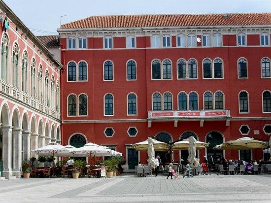 Place de la république Split, Bajamonti Restaurant terrasse.