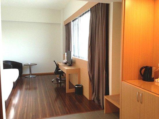 Symphony Suites Hotel: Standard suite twin.