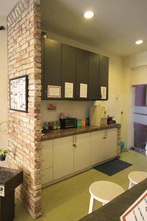 Raizzy's Guesthouse: Small table with coffee and tea facilities