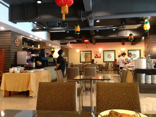 Symphony Suites Hotel: Breakfast place at level 1.