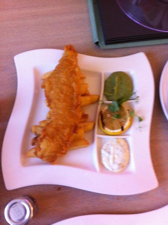 Hilton Edinburgh Airport: Fish Chips and Mushy Peas ???? The green splodge is the portion of Mushy peas.