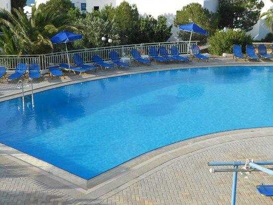 Sunshine Village : piscine vu sur le restaurant, le bar
