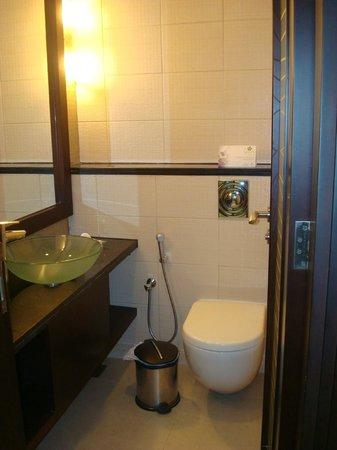 Flora Park Deluxe Hotel Apartments: Guest Bathroom