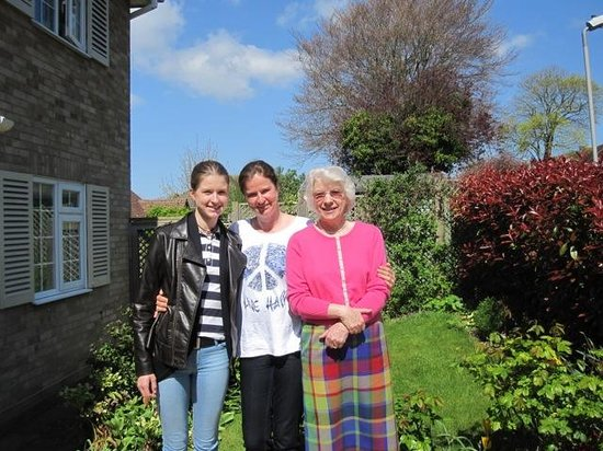 Blandford House Worthing Bed & Breakfast: Hazel, Elena & Isabell im Garten