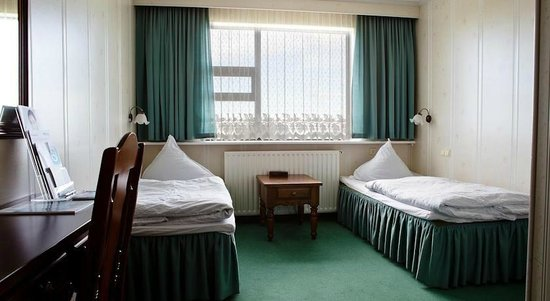 Hotel Hella: Twin room with facilities.