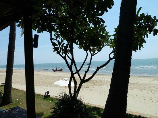 Aleenta Hua Hin Resort & Spa: Blick auf den Strand