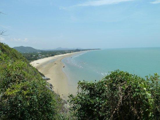Aleenta Hua Hin Resort & Spa: Blick auf den Strand Richtung Pak Nam Pran