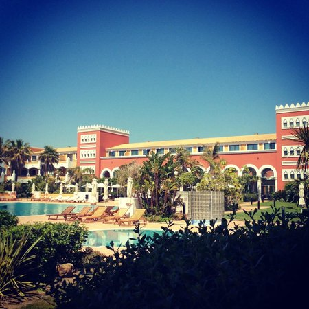 Meliá Sancti Petri: Vista del hotel desde el jardín