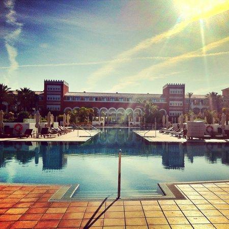 Melia Sancti Petri: Vista del hotel y su piscina desde la puerta de acceso a la playa