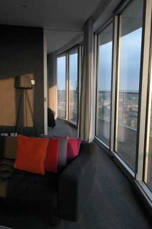 Staying Cool at the Rotunda: lounge to bedroom