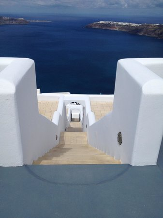 Absolute Bliss Imerovigli Suites: there are some steps to navigate.