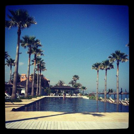 Finca Cortesin Hotel, Golf & Spa : Piscina y restaurante al fondo