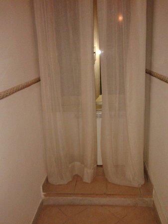 Hotel Rosen: Camera vecchia e igenicamente mal tenuta ! Spero che chi vigila lo chiuda !