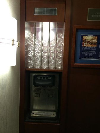 Club Quarters Hotel, Central Loop: Water Dispenser