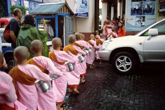 Bogyoke Aung San Market : 托鉢をする小僧さん