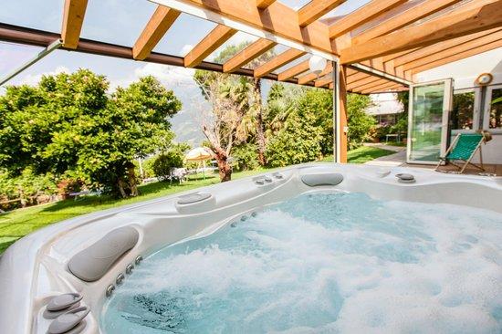 Hotel Bellevue: überdachter Whirlpool mitten im eigenen Garten
