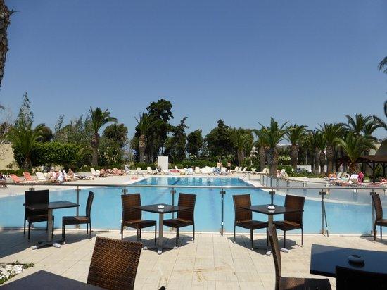 Kipriotis Hippocrates: la piscine vu du bar