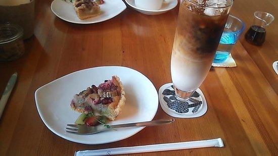 Will Cafe: バナナと苺のタルト&アイスカフォオレ