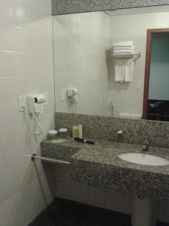 Quality Hotel Afonso Pena: Banheiro - pia grande