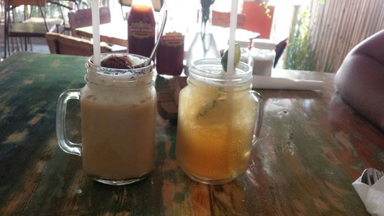Wacko Burger Cafe: Ice cappuccino and lime ice tea