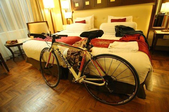 The Sunan Hotel Solo : Ada tempat parkir sepeda khusus, di kamar masing-masing