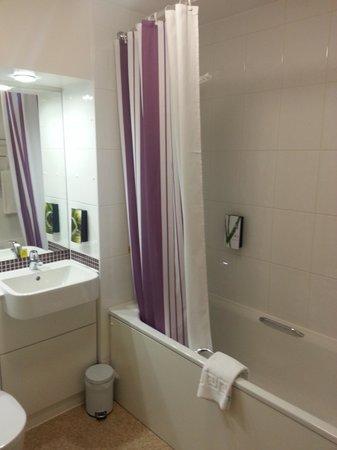 Premier Inn Glasgow City Centre Buchanan Galleries Hotel: Small but clean bathroom