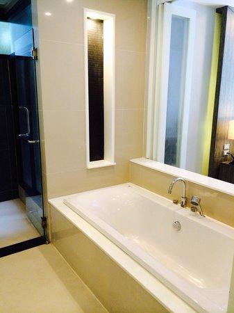 Wyndham Sea Pearl Resort Phuket: Bathtub(One bedroom Deluxe Suite)