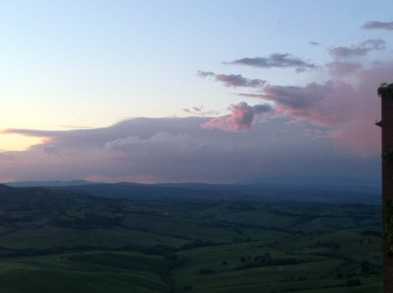 La Locanda di San Francesco: Sunset view on Val D'Orcia side from the Superior Room and Suite