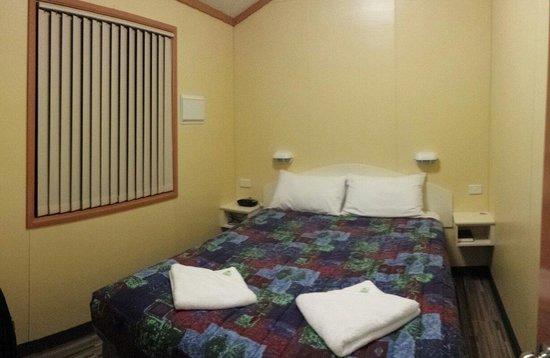 Riverview Tourist Park: Room 1
