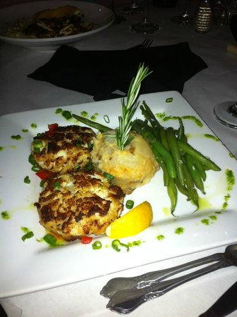 Capers Restaurant & Bar : Crab Cakes with Green Beans and Au Gratin potatos