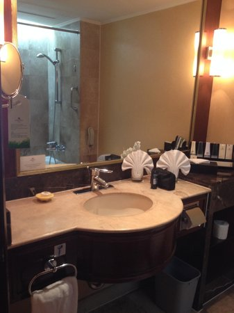 Marco Polo Plaza Cebu: Bathroom sink with complete amenities
