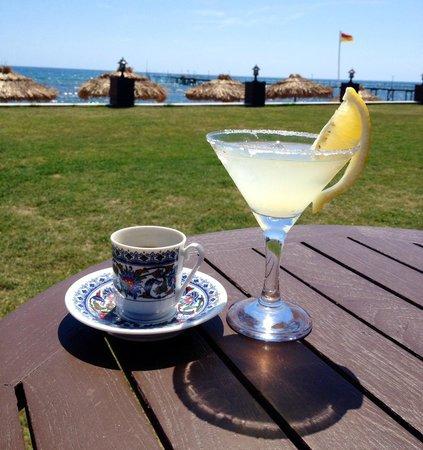 """Voyage Sorgun: Кофе и """"Маргарита"""" с видом на море вечером в Praga баре."""