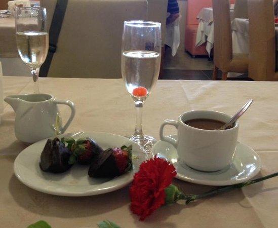 Voyage Sorgun: В день матери утром всех женщин ждал комплимент- гвоздика, шампанское и клубника в шоколаде