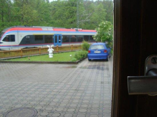 Gaestehaus Achental: Вид из окна номера на проходящий  рядом поезд