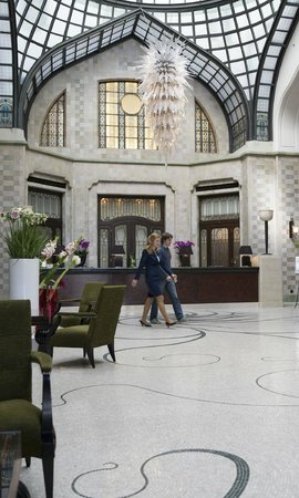 Four Seasons Hotel Gresham Palace : Partial view of the lobby.