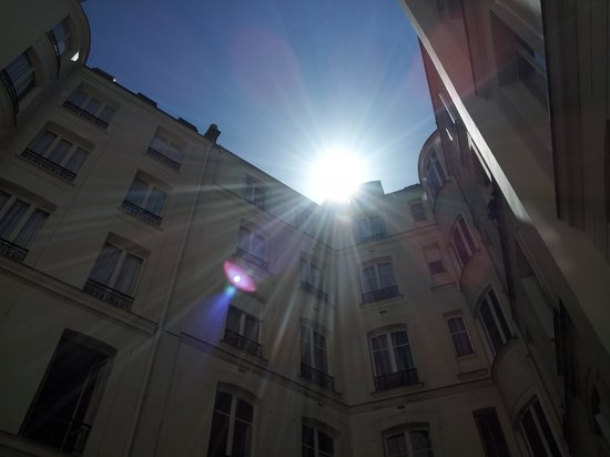 Hotel Elysees Union: midday courtyard sunshine