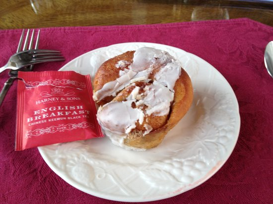 Canyon Villa Bed and Breakfast Inn of Sedona: Nothing like a fresh baked cinnamon bun!