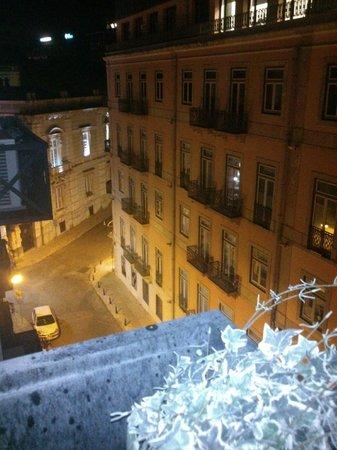 Hotel Lisboa Plaza : Da janela do apartamento se vê a rua tranquila