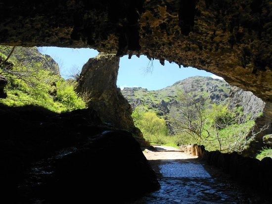Cuevas de Valporquero: Entrada.Vista desde dentro de la cueva...