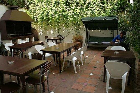 Oasis Backpackers' Hostel Granada: Hostel backyard