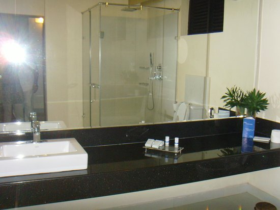 Club Hotel Dolphin: Refurbished modern bathroom