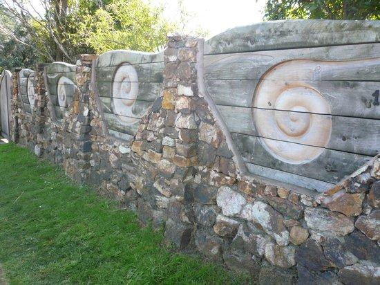 Hike Bike Ako Waiheke Island : NZアートの塀