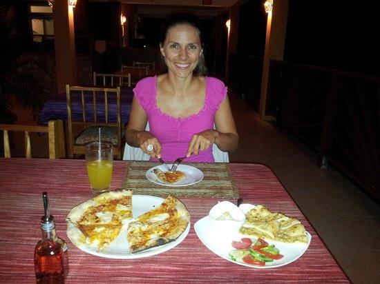 Sunshine Cottage : yummy pizza and hummus!