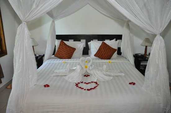 Saren Indah Hotel: Our honeymoonready bed