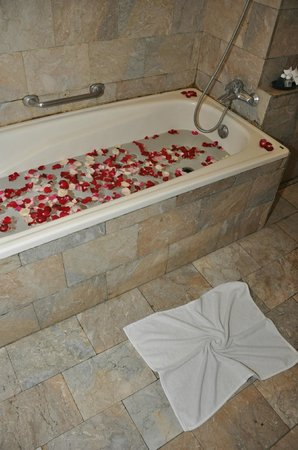Saren Indah Hotel: our fine smelling bath with rose leaves