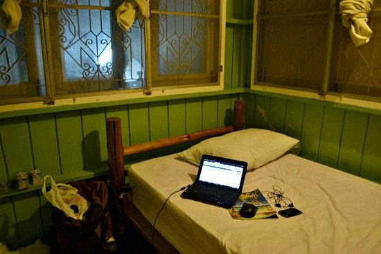 Les Bobo's Backpacker Hostel: Inside my room (no desk/chair)